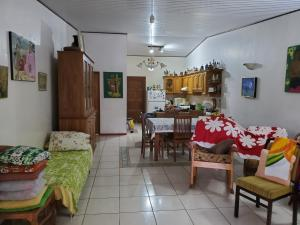 Um restaurante ou outro lugar para comer em Kohutahia Lodge Tahiti Room pick-up needed 7 minutes by car from airport and Town