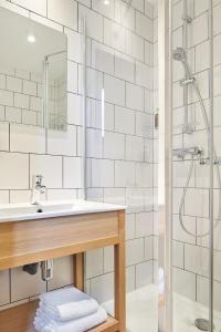 A bathroom at Stanley Ex-Cœur de City by Happyculture