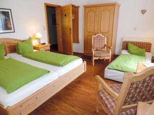 Ein Bett oder Betten in einem Zimmer der Unterkunft Hotel und Berggasthof Zum Sonnenhof