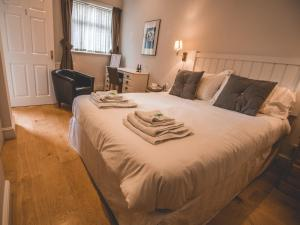 A bed or beds in a room at The Bewicke Arms