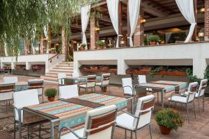 A restaurant or other place to eat at Ramada Plaza Bucharest