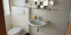 A bathroom at Gästehaus Strudthoff