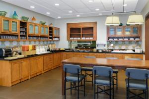A kitchen or kitchenette at Hyatt Place Fort Lauderdale Airport/Cruise Port