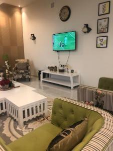 Uma área de estar em Chalet AL SULTAN - for families only