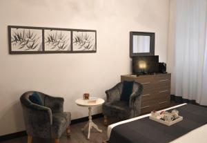 A seating area at Nobilcasa Suites