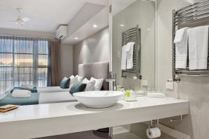 A bathroom at Deep Blue Hotel & Hot Springs