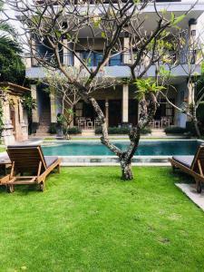 Der Swimmingpool an oder in der Nähe von Koming Guest House
