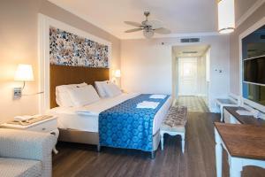 Кровать или кровати в номере Rubi Platinum Spa Resort & Suites