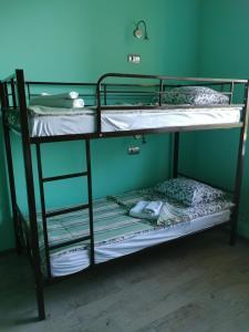 Двухъярусная кровать или двухъярусные кровати в номере Sleep House Рязань