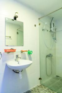 A bathroom at Aqua Long Son Hotel