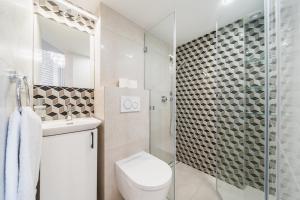 Koupelna v ubytování Modern, well organised place in city centre by Homeclick