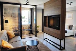 TV tai viihdekeskus majoituspaikassa Hotel Korsal