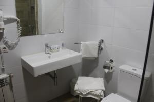 A bathroom at Pension Playa de Sardiñeiro
