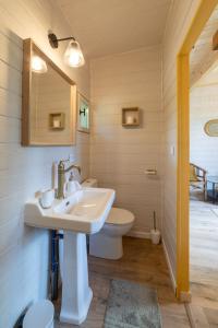 A bathroom at Mas des Cerisiers