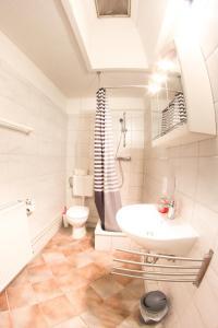 Ein Badezimmer in der Unterkunft Pension zur Post