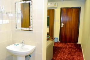 Um banheiro em Al Rahaa Furnished Units