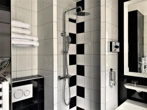 A bathroom at Hôtel Le Cercle Tour Eiffel