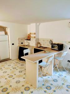 A kitchen or kitchenette at Casa Vacanze Creuza de ma, Salerno centro
