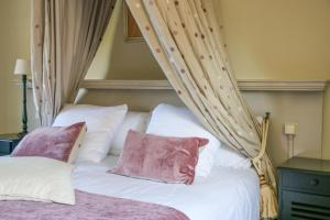 A bed or beds in a room at Auberge de Campveerse Toren