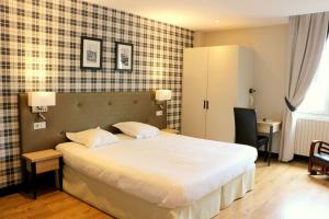 A bed or beds in a room at Best Western Le Cheval Blanc -Centre- Vieux Port