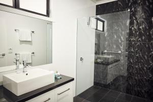 A bathroom at Junction Motel