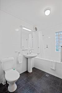 A bathroom at Broadwater Resort