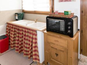 Cuisine ou kitchenette dans l'établissement Holiday Home Le Chant de Tüts - BYL100