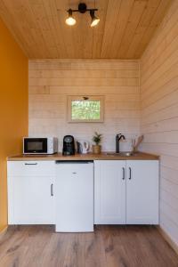 A kitchen or kitchenette at Mas des Cerisiers