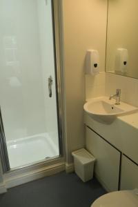 A bathroom at FSC Preston Montford Hostel