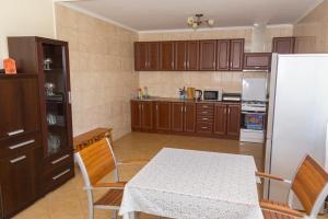 A kitchen or kitchenette at Усадьба в камышах