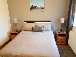 A bed or beds in a room at Hanson House
