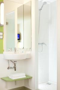 A bathroom at Ibis Budget Fès