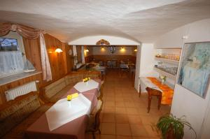 Ein Restaurant oder anderes Speiselokal in der Unterkunft Pension Pohnsdorfer Mühle