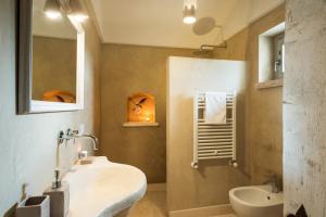 A bathroom at Le Dieci Porte
