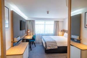 A bed or beds in a room at Holiday Inn - Leicester - Wigston, an IHG Hotel