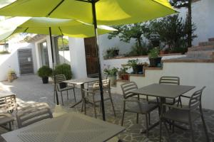 A restaurant or other place to eat at Villa La Conchiglia Rooms