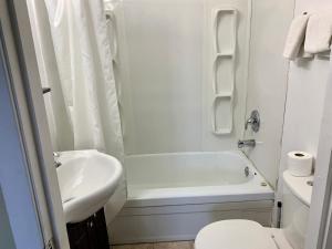 A bathroom at Night Inn Grand Forks