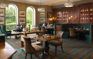 A restaurant or other place to eat at The Killarney Park