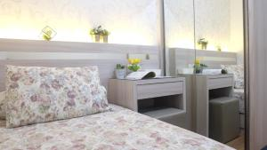 A bed or beds in a room at Aya Stays 7 at Parahyangan Residence