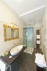 A bathroom at Savoia & Jolanda