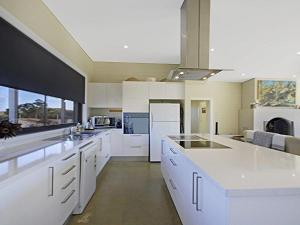 A kitchen or kitchenette at The Junction - contemporary meets river country