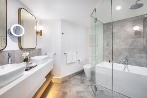 Ein Badezimmer in der Unterkunft Crowne Plaza Sydney Coogee Beach, an IHG Hotel