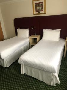 A bed or beds in a room at Granby Hotel
