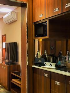 A cozinha ou cozinha compacta de Masharef Al Modon Hotel Suites