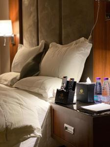 Cama ou camas em um quarto em Masharef Al Modon Hotel Suites