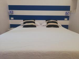 A bed or beds in a room at La finestra sul cortile