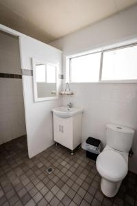 A bathroom at Ardeanal Motel