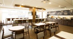 A restaurant or other place to eat at Best Western Plus Suites Downtown Calgary
