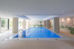 The swimming pool at or near Insel-Hotel Heilbronn