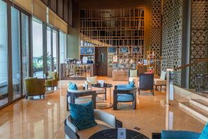 The lounge or bar area at Grand Hyatt Kochi Bolgatty